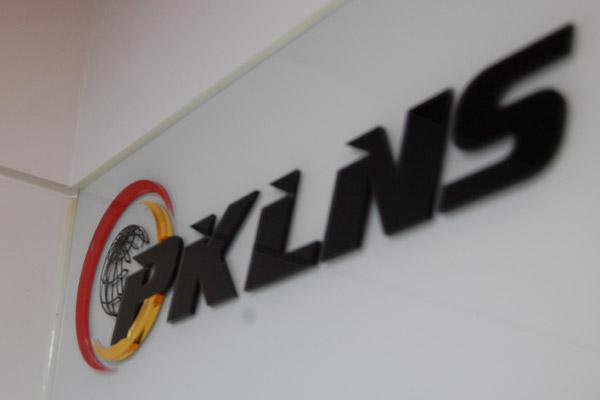 Логотип компании PKLNS на стене