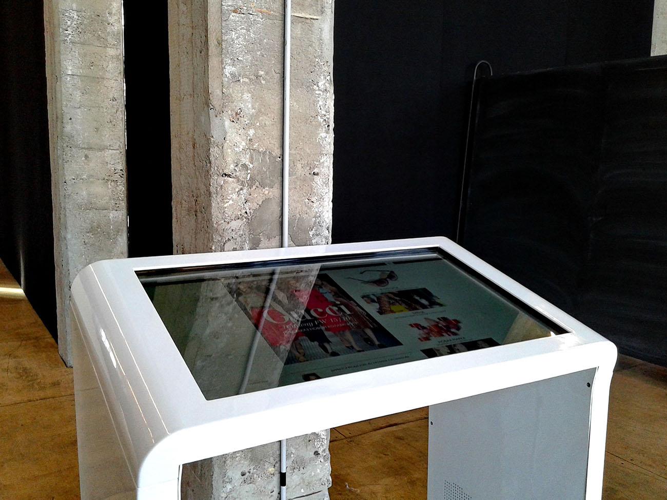 Интерактивный стол DEDAL AIR 42 арендное решение для Гуччи